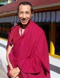 2008年攝於策秋林寺轉經輪前